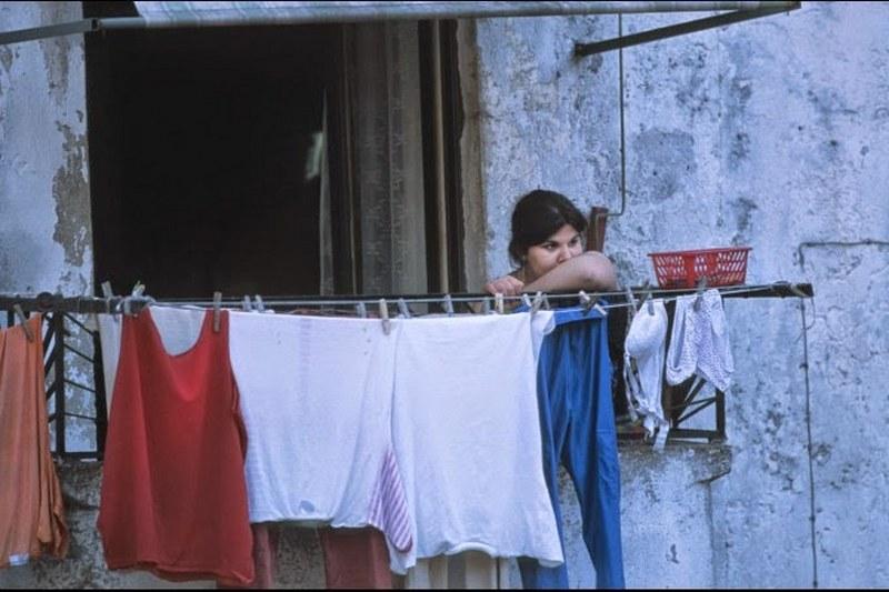 donna balcone stende panni
