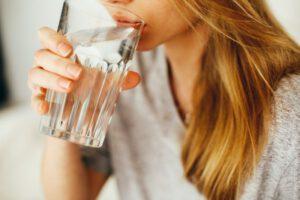 Quanta acqua bere al giorno? Ecco la nostra formula di bellezza