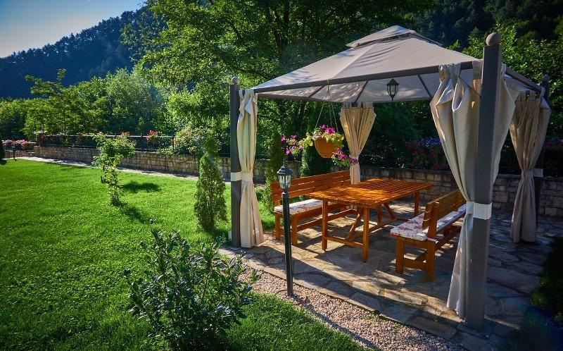 Gazebo in legno: arredamento per il giardino elegante e duraturo